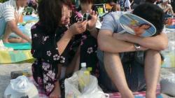 真夏の祭りなんかで見かける浴衣姿の素人娘の座りパンチラをガチ盗撮の画像