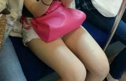 電車に乗ると対面に座る女の子の下半身が気になってしょうがないの画像