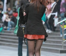 女が穿く黒タイツがこんなにもエロいものだったとは・・・の画像
