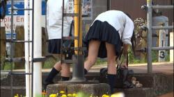 街撮り!ミニスカ女子校生の下着が見えそうで見えないエロさが半端ないの画像