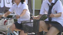 登下校中の女子校生を激写!自転車通学の制服娘がパンチラしまくりな件の画像