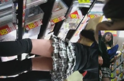 ニーハイソックスxミニスカの絶対領域私服JKのパンツをこっそり撮影動画の画像