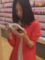 立ち読みしてる黒髪清楚系な女子大生ちゃんを下着逆さ撮り動画の画像
