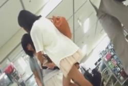 買い物中の私服なJK2人組の芋っぽいパンチラ盗撮しちゃった動画の画像