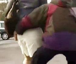 強襲!着衣剥ぎ取りDASH!スカートだけ強奪して野晒し逃走wwwの画像