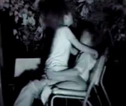 青姦スポットで有名な某公園の通称セックス・ベンチは今日も盛るカップルで大人気wの画像