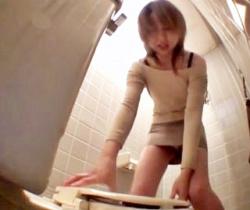 『あれ…開かない!なんで!?』トイレの蓋を強力接着剤で固定してみた結果wwwの画像