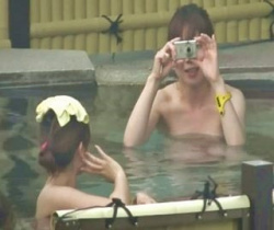 【Aquarium】カメラに向かってハイ、ポーズ☆露天風呂でインスタ映えを狙う女子旅中の二人の画像