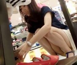 【すとろべりぃしぇいく】色白美脚ショップ店員のパンチラ脇チラを全方向から狙う!の画像
