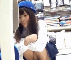 【ホワイトココア】ロリ系ファッションのお嬢さんをロックオン!スカート内にがっつりスマホ挿入隠し撮りの画像