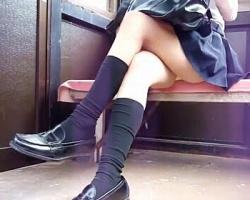 美脚女子校生の足組みとパンチラの画像