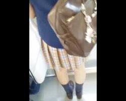 電車内で某有名女子校の生徒に遭遇!オープンスペースでの逆さ撮りを決行の画像