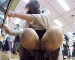 目の前でお股パカパカ☆ショッピング中の女性たちを隠しカメラで狙う!の画像