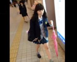 今日のパンツはなぁに色?♪3日連続でスカートめくりされた女子校生の画像
