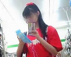 コンビニで見かけた黒ニーハイ美少女を舐めるように逆さ撮り!の画像