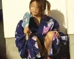 開けた浴衣から下着がチラリ☆趣き感じる浴衣パンチラの画像