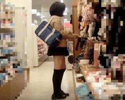 一人で買い物中の制服美少女をロックオン!こっそり背後から近付いて逆さ撮り&スカートめくり撮り!の画像