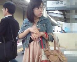 顔撮りとパンツは基本セット☆駅で見かけた女性ターゲットを次々スカートめくり撮りの画像