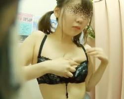 試着室盗撮 大人なセクシーランジェリーを試着中の制服美少女の画像