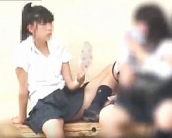 がっつり股を開いて団扇でパタパタwwwお行儀悪すぎ女子校生は真正面から絶賛パンチラ中の画像