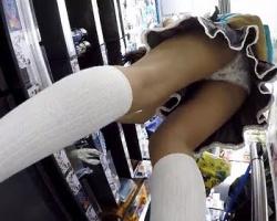 靴カメ仕込んで女性客で賑わう店内徘徊!ローアングルで片っ端からパンツを乱獲の画像