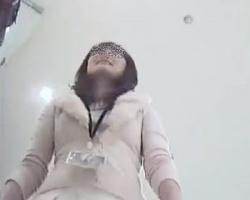 スカートもパンツも真っ白!綺麗め冬コーデのショップ店員さんを逆さ撮り!の画像