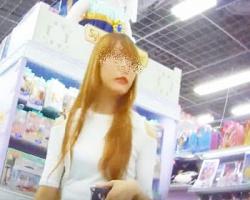 ショッピング中の金髪美ギャルを粘着追跡!売り場で堂々と水色サテンPの撮影に成功の画像