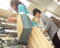 買い物中の女性を逆さ撮り!少々具がハミってる良パンチラ映像の画像