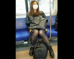 電車で見つけた美人さんたち狙い撃ち!降車後ストーキングしながら逆さ撮りの画像