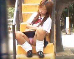 公園で昼寝中のギャル女子校生を発見!稀に見るボーナスチャンスにフロントPを撮りまくりの画像