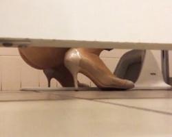 女子トイレ忍び込み潜入撮!衝立の隙間からハイヒール女子の小便風景を隠し撮りの画像