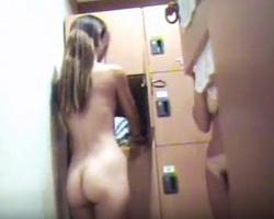 女湯脱衣所潜入撮!スレンダーギャルのプリケツとクッキリ日焼け跡の画像