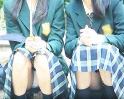 地べた座りして友達と駄弁る女子校生を正面撮りの画像