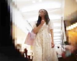 スカートひらつく清楚系美少女を追跡逆さ撮りの画像