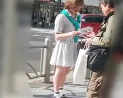 街頭でパンフレット配布をしている美人店員さんを背後から何度も隠し撮りの画像