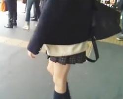 駅で見かけた女子校生ばかりを狙い撃ち!こっそりスカートめくり撮りして可愛い柄P大量GET!の画像