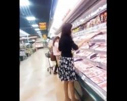 夕飯の食材買い出し中のお姉さんをこっそり逆さ撮りの画像