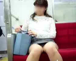 電車内対面パンチラ 二度見するレベルでがっつり足を開いてしまった女性の画像