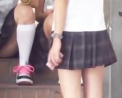 階段で駄弁る白ソ女子校生グループを望遠撮!色鮮やかなピンクサテンPをゲットの画像