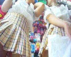 ショッピングデート中のお嬢ちゃんたちをこっそり逆さ撮りの画像