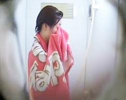 シャワー室隠し撮り 水着から私服に着替えるお姉さんの画像