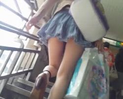 駅周辺で見かけた女性たちを顔撮りスカートめくり撮りの画像