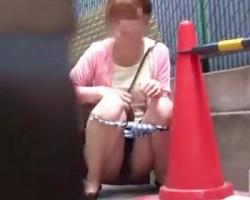 我慢の限界!尿意を堪えきれず野小便する女性を隠し撮りの画像