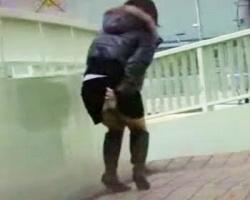 トイレまで持たないっ!街中で小便お漏らしする女性を隠し撮りの画像