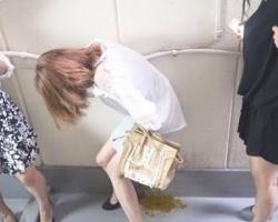 アナルがもう限界っ…!トイレ順番待ち中の大便お漏らしの画像