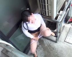 トイレが空くまで待てないっ!膀胱パンパンOLのベランダ緊急放尿の画像