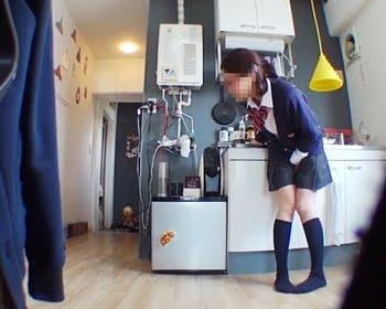 トイレに行く前にパンパン膀胱がパンク…!ハプニング小便お漏らしの瞬間の画像