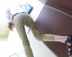 膀胱がマジ限界っ!サービスエリアトイレ目前で小便お漏らししちゃった女性の画像