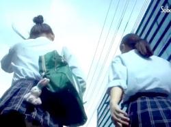 【パンチラ盗撮】帰宅途中のミニスカ制服女子校生の素人娘の友達二人組をストーカーし店内でパンツを逆さ撮り【個人流出】の画像