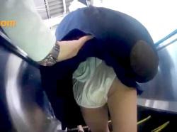 【パンチラ盗撮】素人娘の制服女子校生をスカートめくりしてまで丸見えパンツを逆さ撮りした痴漢行為がネット拡散【個人流出】の画像